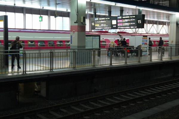 19.キティちゃん新幹線が入線.jpg